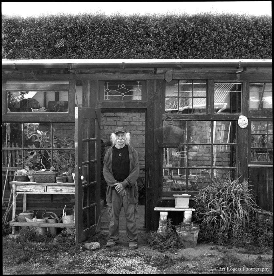 lloyd_kahn_and_his_greenhouse