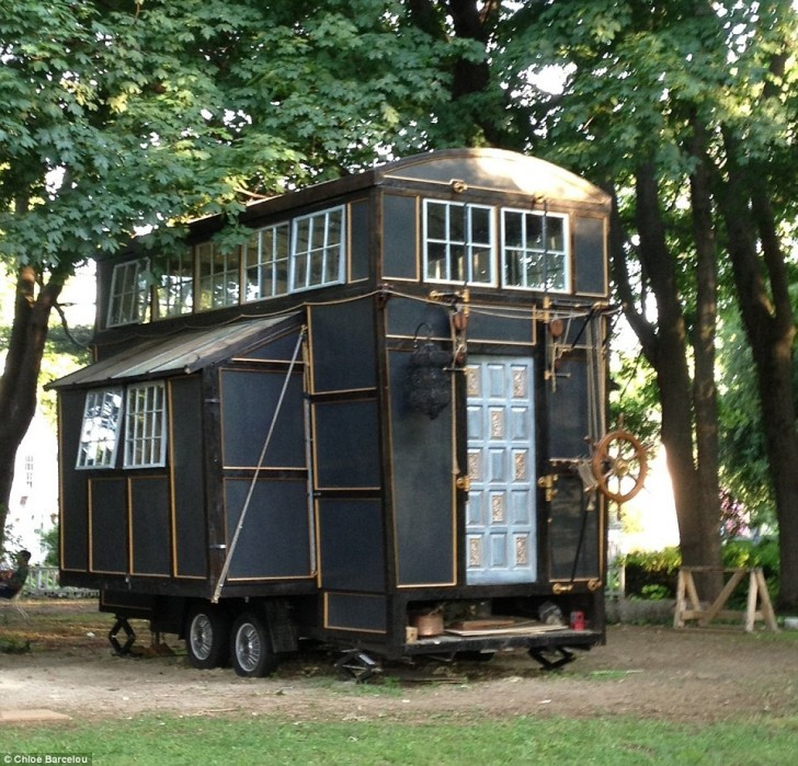 http-__www-1.dailymail.co.uk_news_article-3166442_Couple-s-tiny-house-mansion-Hamptons-built-entirely-torn-movie-sets.html