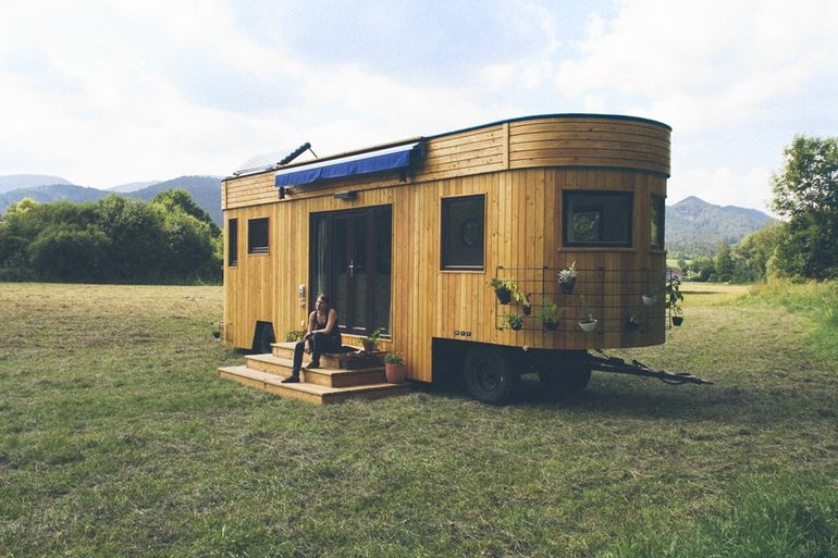 Wohnwagon off grid trailer made using recycled materials for Transportables haus