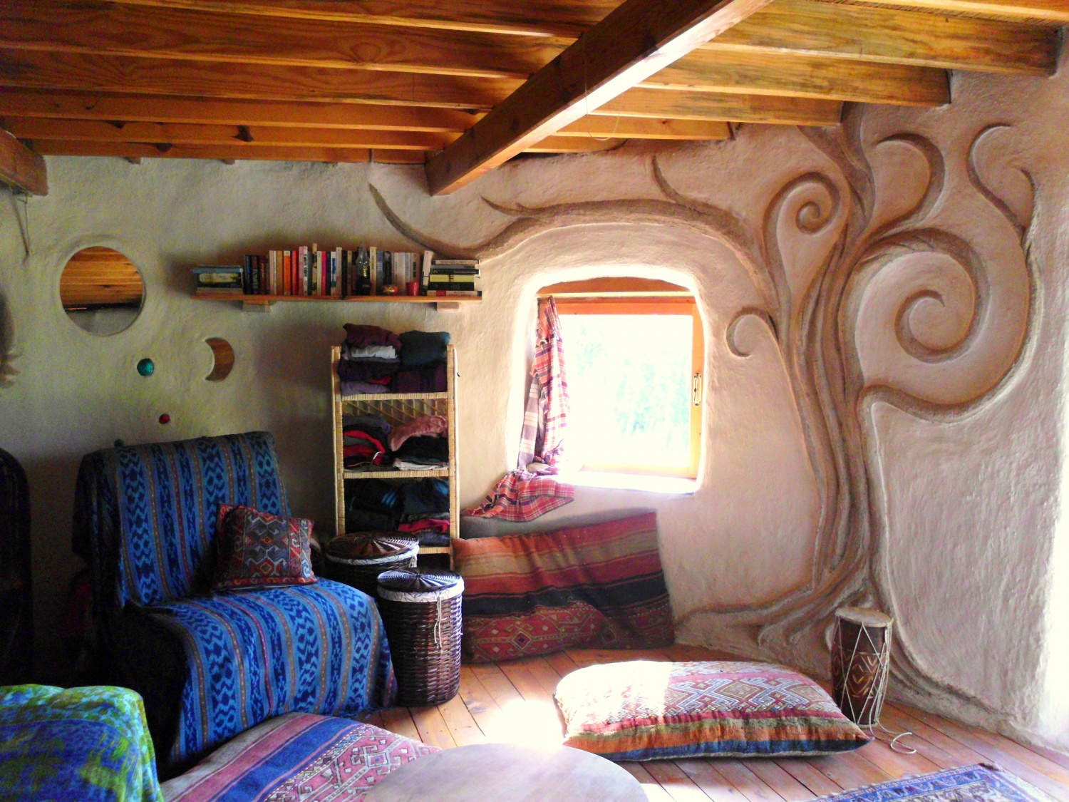 Small earthbag house saves woman from the grind the for Home interior for sale