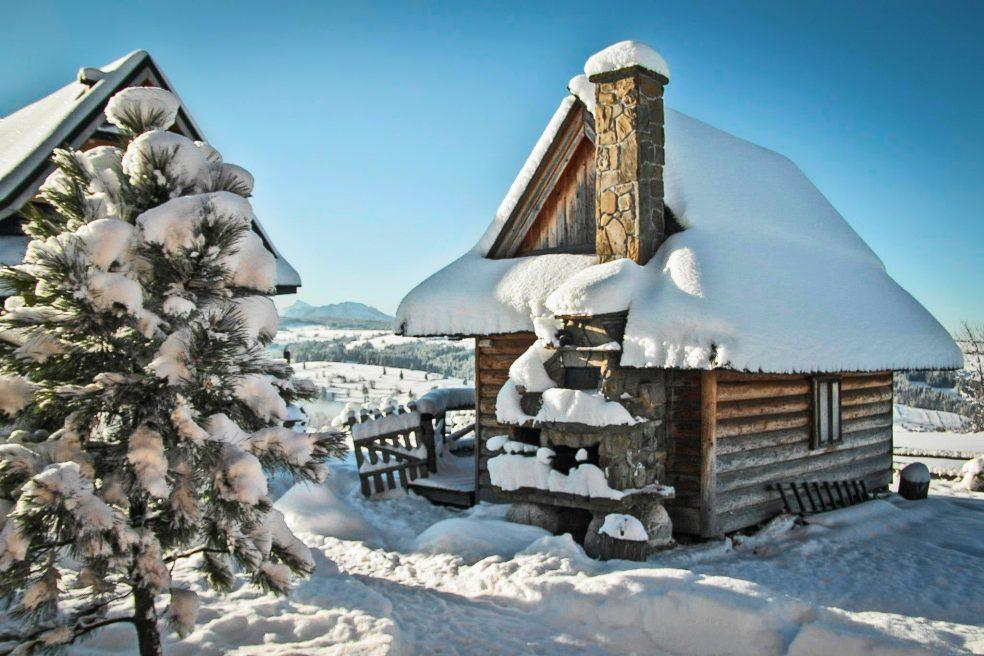 mietowa-gorka-tiny-log-cabin-exterior1-via-smallhousebliss